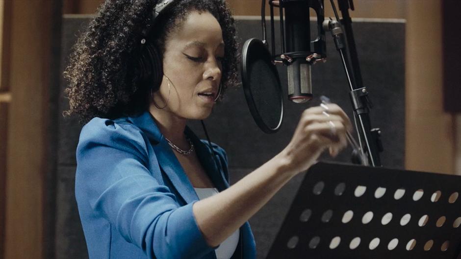 """Lançada em 1986 a música """"Joga Fora"""" que ficou eternizada na voz de Sandra de Sá, neste ano completa 35 anos e ganhou uma versão inédita na voz de Negra Li."""