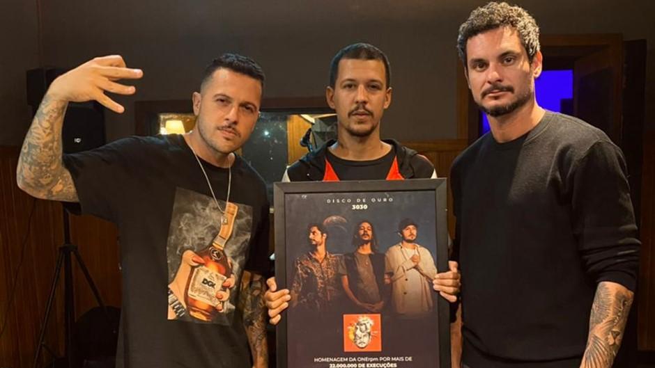 3030 recebe disco de ouro pelo álbum 'Infinito Interno' com menos de um ano do lançamento