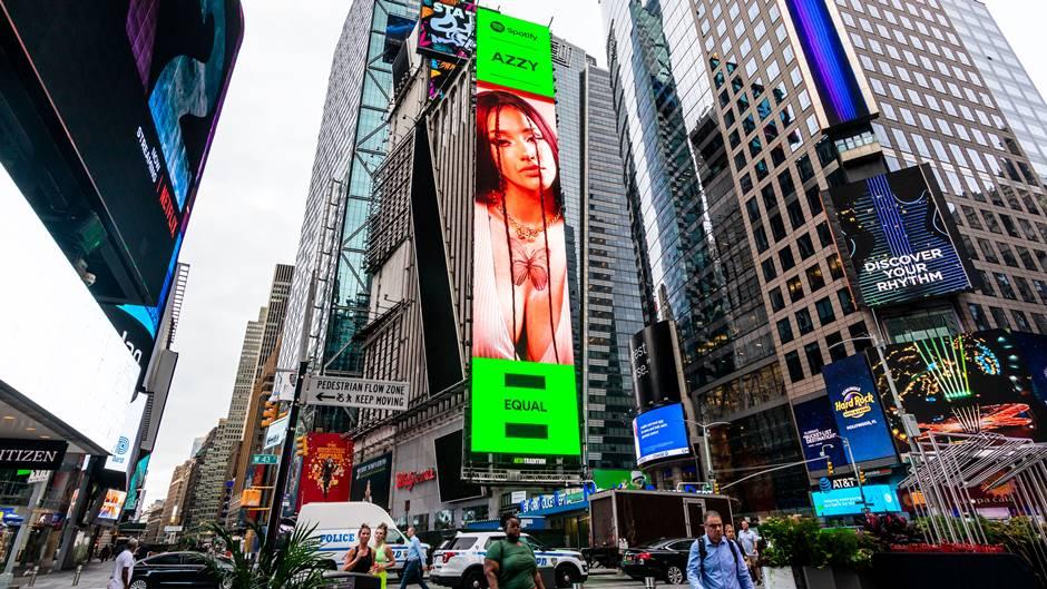 AZZY tem seu rosto estampado no telão da Times Square Da periferia do Rio de Janeiro para o mundo, nesta quinta-feira (19) a artista teve seu rosto estampado em uma das telas mais famosas do mundo
