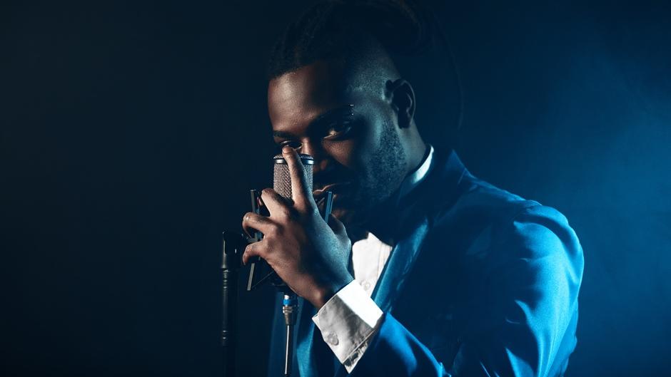 """Tudo pra mim é o novo love song de Pelé Milflows. Desta vez, o rapper quer bater os mais de 144 milhões de views de """"Vem cá"""", canção que o projetou para todo o país"""